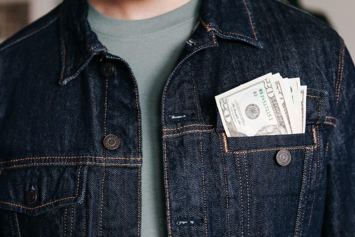 Miesten vaatteet, joista kannattaa maksaa? Hanki nämä kulmakivet omaan vaatekaappiisi!